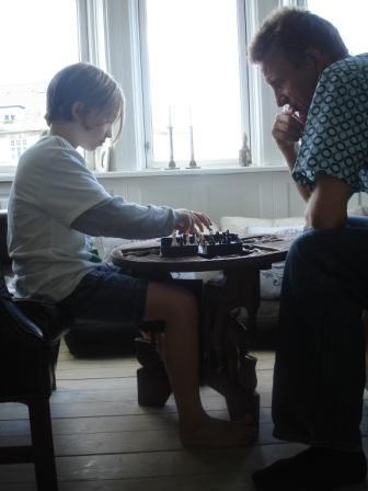 Erik og Jacob spiller skak